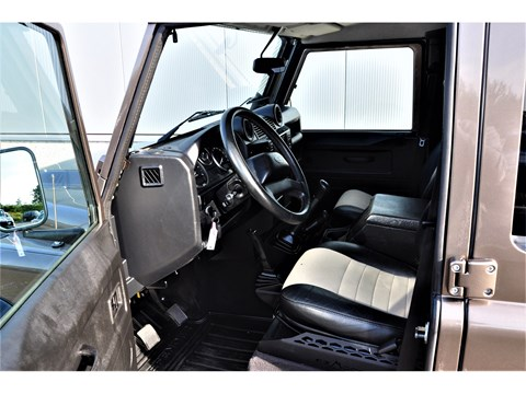 Tweedehands Land Rover Defender interieur BARN282 Land Rover & Jaguar specialist Kalmthout